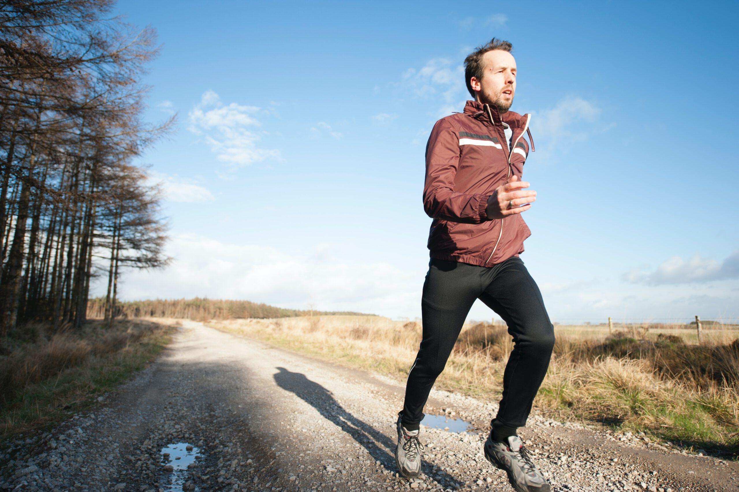 Mann beim Joggen im Freien